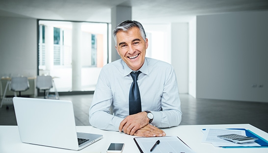 Independent management consultants are happier and half earn more